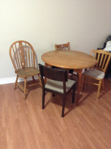 solid wood dining table 1 leaf 4 mismatch chairs free delivery