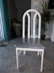 Mobilier de cuisine blanc (table, 4 chaises et buffet)