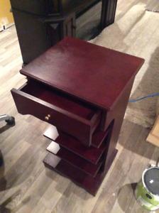 Petit meuble en bois sur roulettes