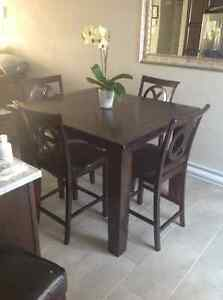 Excellent dinning table with 4 chairs