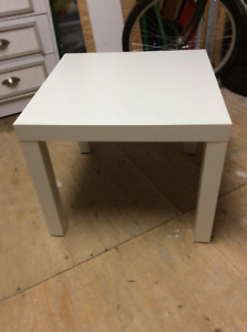 Jolie table d'appoint blanche