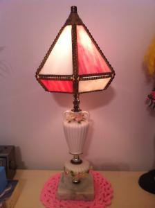 Lampe antique en verre rose