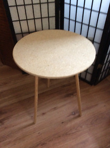 Table ronde avec pattes amovibles / small round table