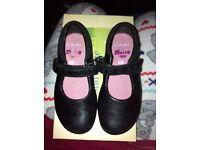 Girls size 7.5 D black Clark shoes