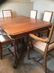 Golden Oak Antiques Dining Table with 6 matching chairs