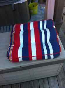 LIKE NEW OUTDOOR SEAT CUSHION