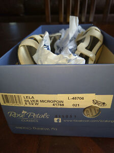 Brand New white shoes size 8.5 30$ obo Cornwall Ontario image 5