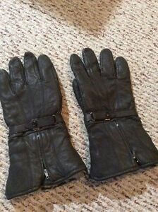 Thick leather glove with fur