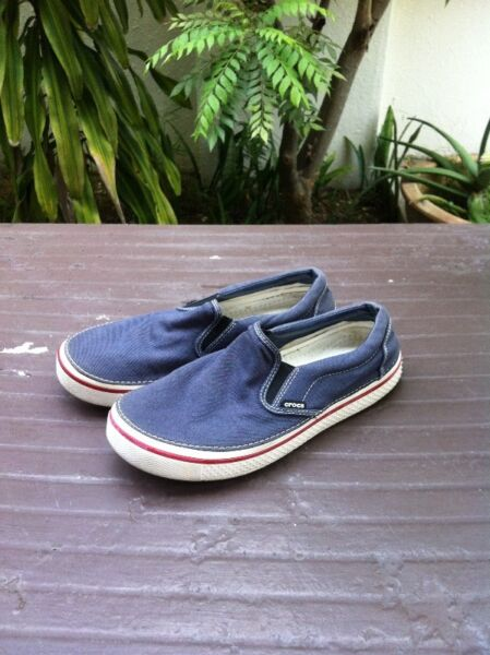 Crocs blue casual shoes. Size US 11, UK 9.  Still in good condition.