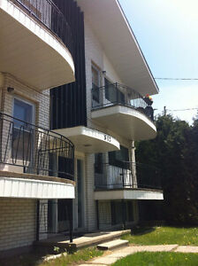 MAY1/SEPT1 - 3 Bdrm in ALL STUDENT BLDG - ALL INCLUSIVE