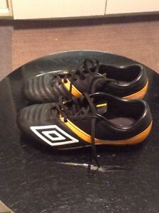 SIZE 7 UMBRO LEATHER SOCCER CLEATS