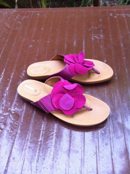 Sundrops sandals size 7, seldom use and in good condition.