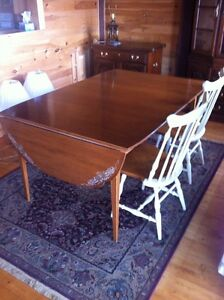 Beautiful Hitchcock maple table with 6 chairs