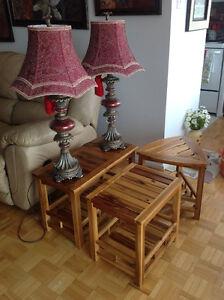 Table de salon en bois et lampes.