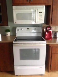Réfrigérateur,cuisinière et micro onde avec hotte
