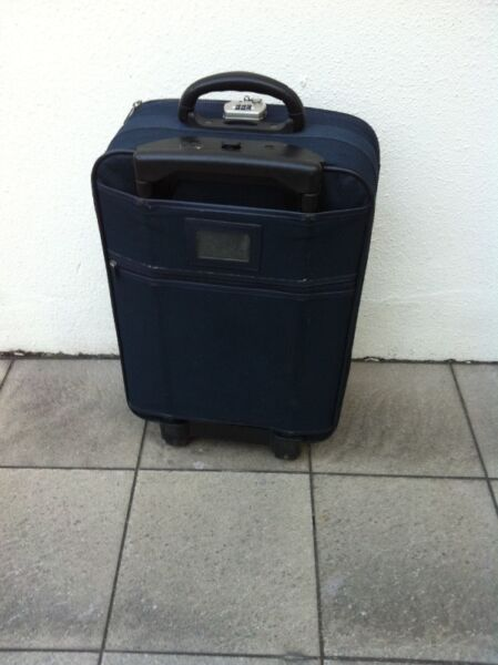 Robinson 23 inches luggage. Dimensions 54 x 40 x 23cm. In good condition.