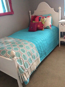 BEAUTIFUL TWIN SIZE WHITE BED