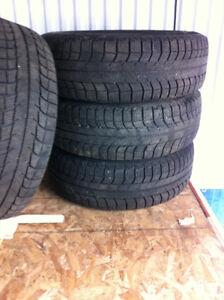 Pneus d'hiver Michelin 205/70r15 sur rims