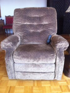 Pwr LIFT RECLINER: 9mo old; low use; NO smoke/pet/children