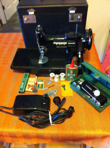 Singer Featherweight - Black- Excellent Condition Model 221
