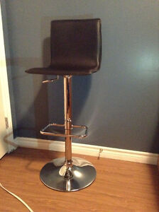 BRAND NEW 6 nice bar stools