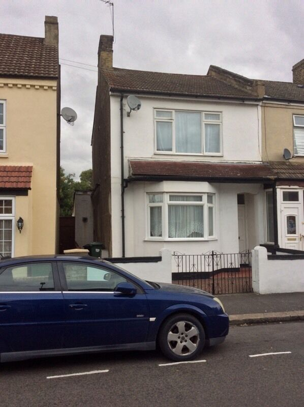 An attractive and extra large four bedroom semi detached house in Abbey Wood station to let