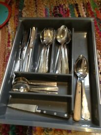 Cutlery tray & cutlery.