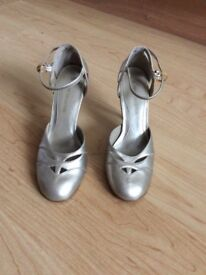 Ladies high heeled pale gold colour shoes size 7(worn once)