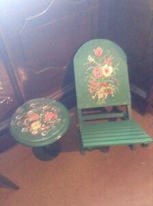 Chaise pliante et petite table basse