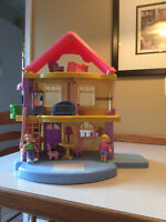 Fisher Price  Dollhouse with extra furniture,maison de poupee