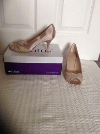 Lotus peep toe size 7 satin shoes