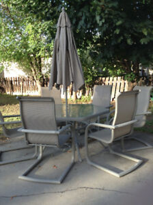 BEAUTIFUL HEXAGON  LEAF ETCHED PATIO TABLE & CHAIRS