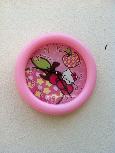 Big Hello Kitty clock. Dimension 32cm in diameter. In good working condition.