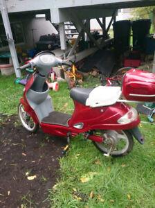 Scooter électrique rouge et gris