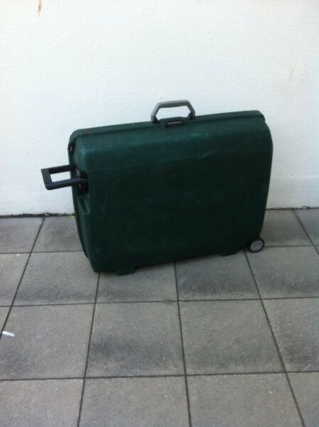 Samsonite 29 inches oyster case with one main combination lock and two side lock. Build to last.