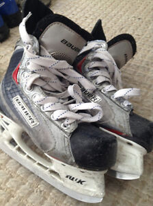 BOYS BAUER VAPOR X20 HOCKEY SKATES - SIZE 2 D (NORTH LONDON) London Ontario image 2