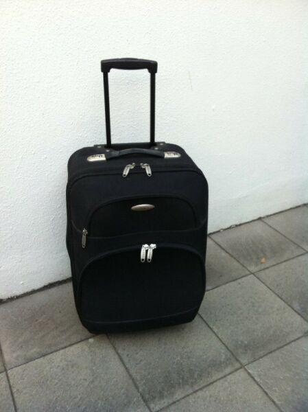 Satchi House 21 inches luggage. In good condition. Dimension excluding wheels is 52 x 36 x 26cm.