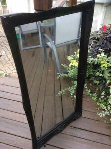 Miroir antique en bois fraîchement peint en noir