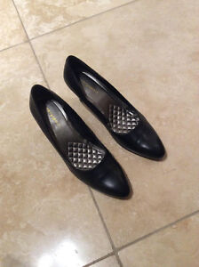 New size 8.5  leather shoes