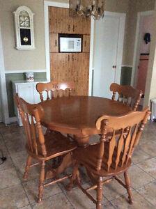 Table ronde en bois et 4 chaises en très bon état