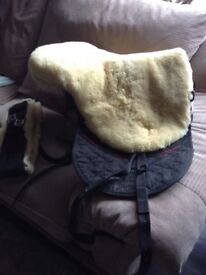 Treeless sheepskin saddle
