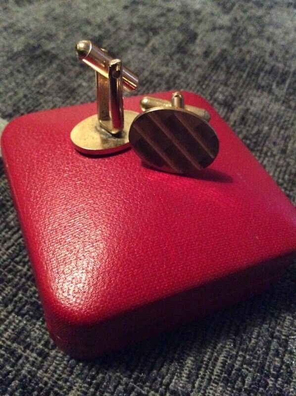 DEL BOY STYLE CUFFLINKS AND ONLY FOOLS AND HORSES BADGE