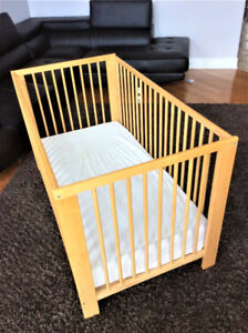 BABY CRIB IN GREAT CONDITION WITH DOUBLE SIDED MATTRESS