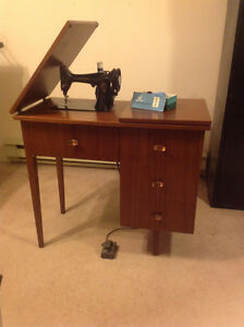 Sewing Machine Singer Spartan 192 in Cabinet with Drawers