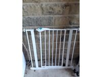 Lindam baby gate, good condition, white, sturdy and essential accessory