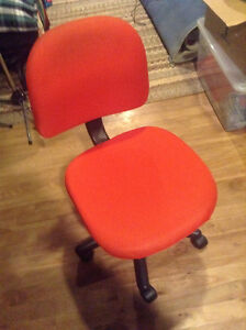 Red Desk Chair With Wheels - Chaise Roulante Avec Roues