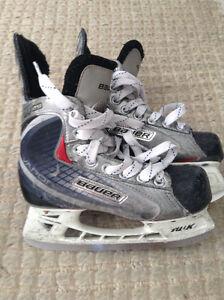 BOYS BAUER VAPOR X20 HOCKEY SKATES - SIZE 2 D (NORTH LONDON) London Ontario image 1
