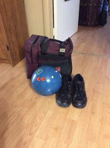 Boule de quille, soulier et sac de transport