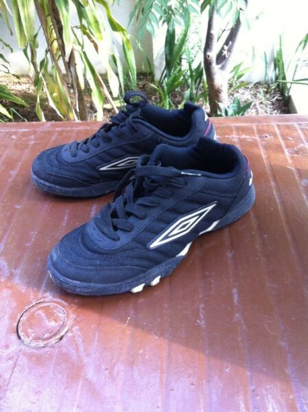 Umbro shoes Size UK 6 US 7.5. In good condition.