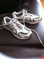 Girls size 4 Saucony sneakers in great condition!
